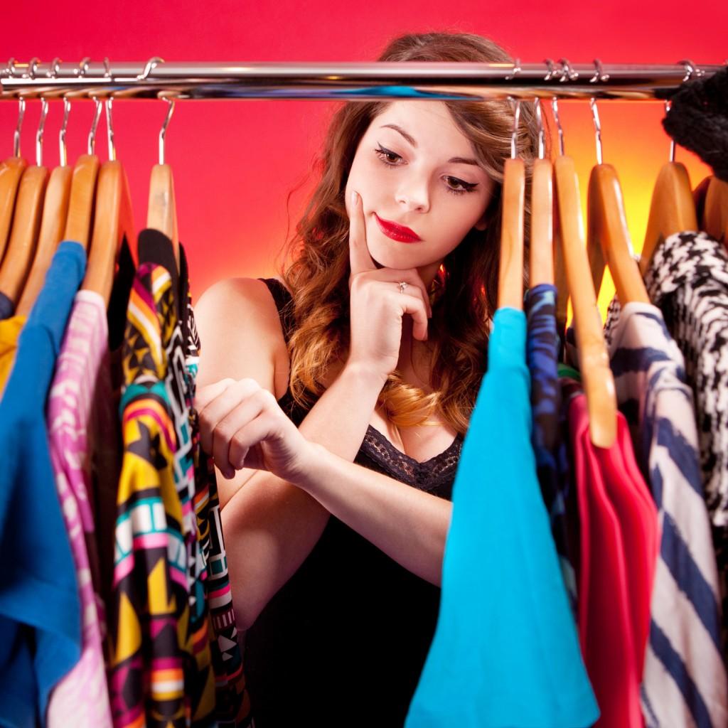 Resultado de imagem para escolhendo roupa